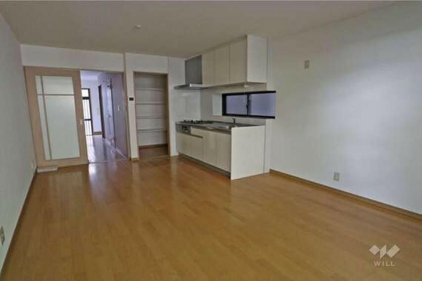 居間・リビング 約16帖のLDK。壁付けキッチンのため、部屋の空間を広く活用できます。