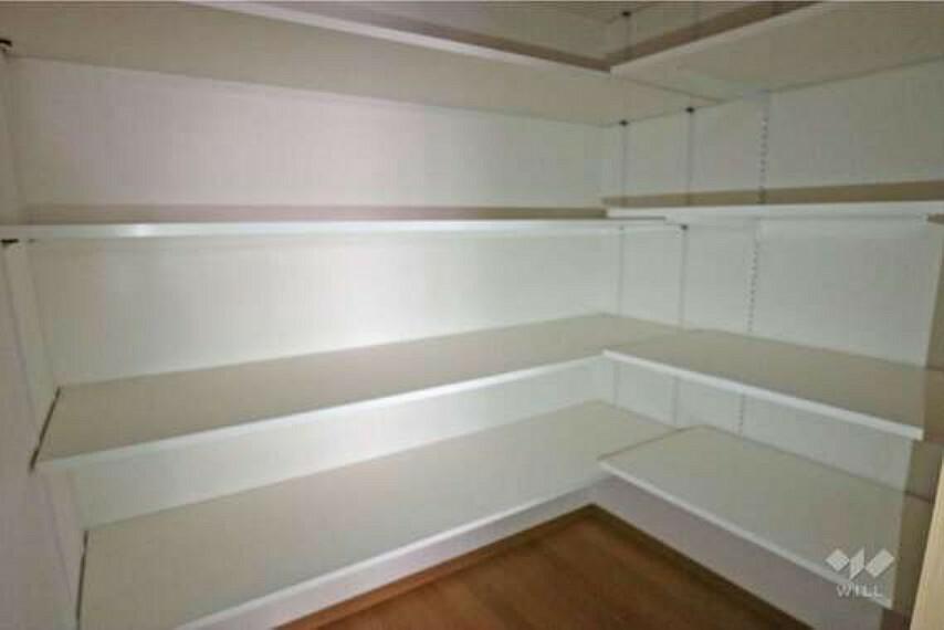 収納 キッチン横のパントリー。常備食や日用品、家族の共有物を収納できる使い勝手の良い収納です。