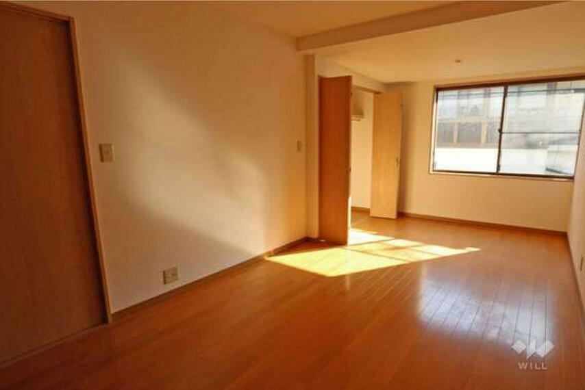 約7.8帖洋室。各居室は7帖以上あり、家具の配置の自由度が高いです。
