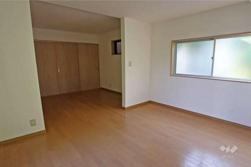 約12帖の居室は一部簡易の仕切りがあり、壁付けにデスクを設置すればリモートワークにも適した空間になります。