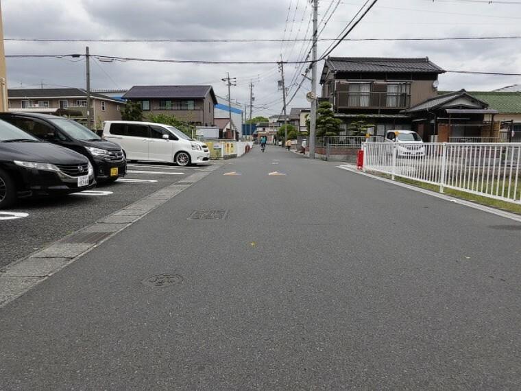 現況外観写真 幅員約6.1mの前面道路です。車がすれ違うのに十分な道幅です。車が2台と通行人も通れる幅となっています。
