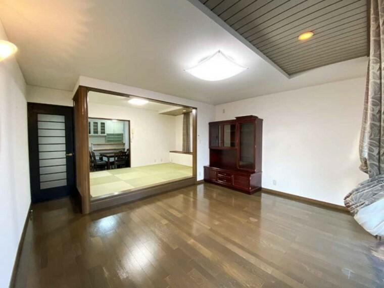居間・リビング 和室にもつながり、広い空間を味わうことができます。