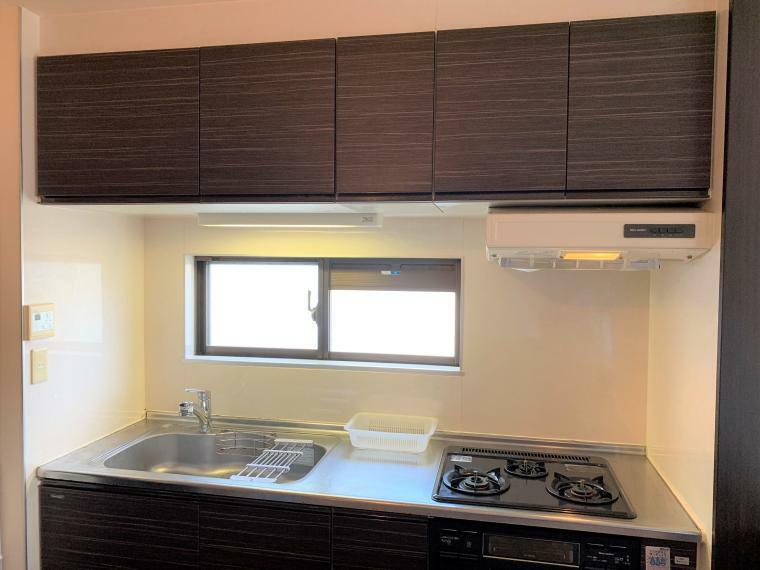 キッチン ・システムキッチン ・換気窓 付 ・3口ガスコンロ、グリル付 ・2011年12月 新規交換