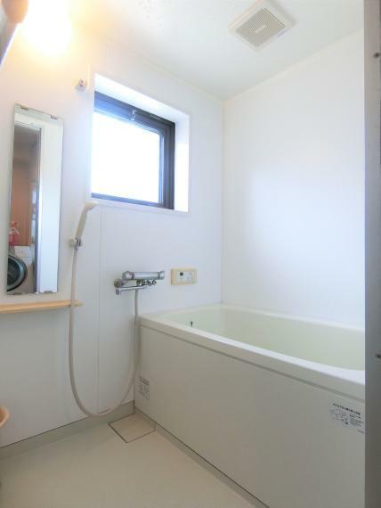 浴室 ・追い炊き機能付 ・浴室に窓 あり ・2011年12月 新規交換