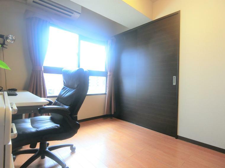 洋室 ・南側に窓があり陽当たりの良いお部屋
