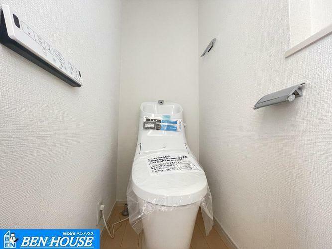 トイレ ウォシュレット付トイレ・窓付きで明るく換気も充分なトイレは温水洗浄便座仕様で清潔です。・2ヶ所設置ございます・朝の通勤・通学の準備に忙しい時間帯もご家族がスムーズに準備できますね。
