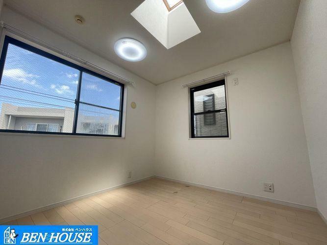 洋室 ・採光が気持ち良い洋室です。・各居室収納完備・収納豊富な居室は不必要な家具を置く必要がなく、広くお部屋をお使いになれますね。・現地へのご案内はいつでも可能です・是非ご確認ください