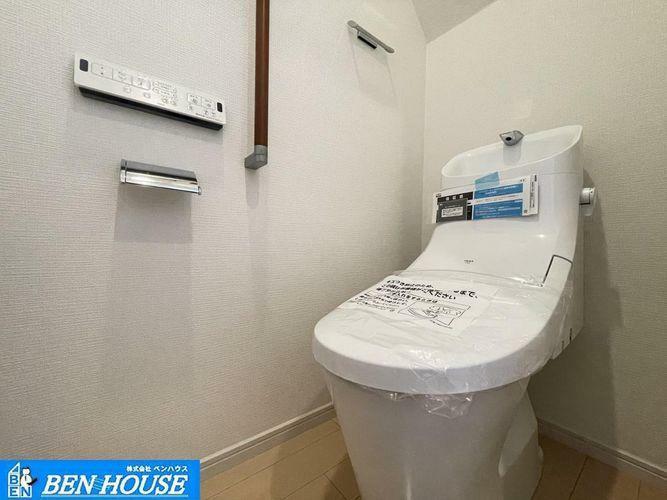 トイレ ・シャワー洗浄機能付のトイレは、清潔感が印象的な空間ですね。・リモコンは壁掛けタイプで、お手入れもしやすいですね。・手すりもついて安心です・いつでも現地へのご案内可能です