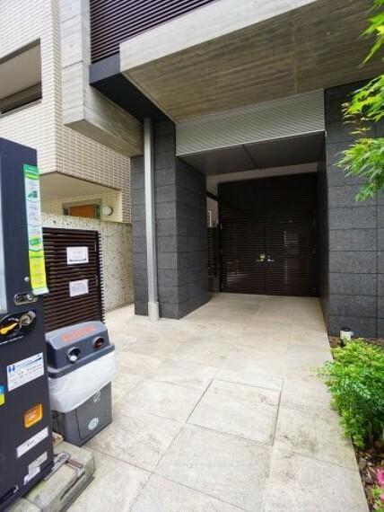 エントランスホール 駐輪場入口。ロックあり、屋内駐輪場となります。