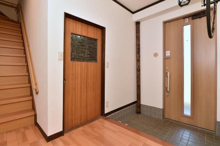 玄関 玄関横には、納戸がついております。