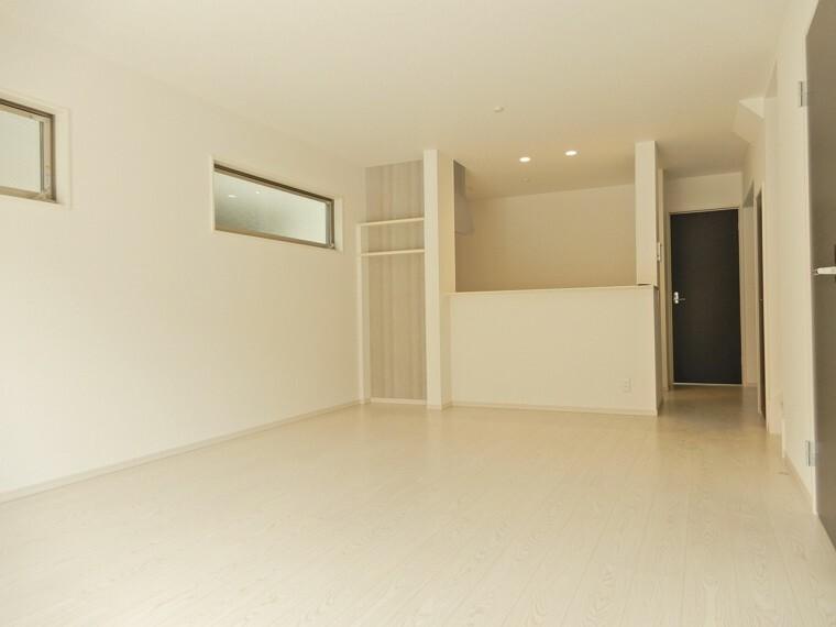 居間・リビング お部屋に入った瞬間にその広さに圧倒される18帖のLDK 明るいフローリングが更に広がりのある快適空間を演出してくれます