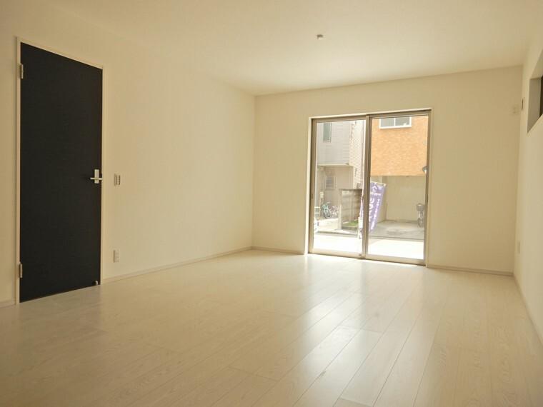 居間・リビング 南道路面ですので明るさをしっかり確保できる居心地の良い住空間です 凹凸が無いので家具の配置も自由にでき自分好みの素敵な空間へアレンジしましょう