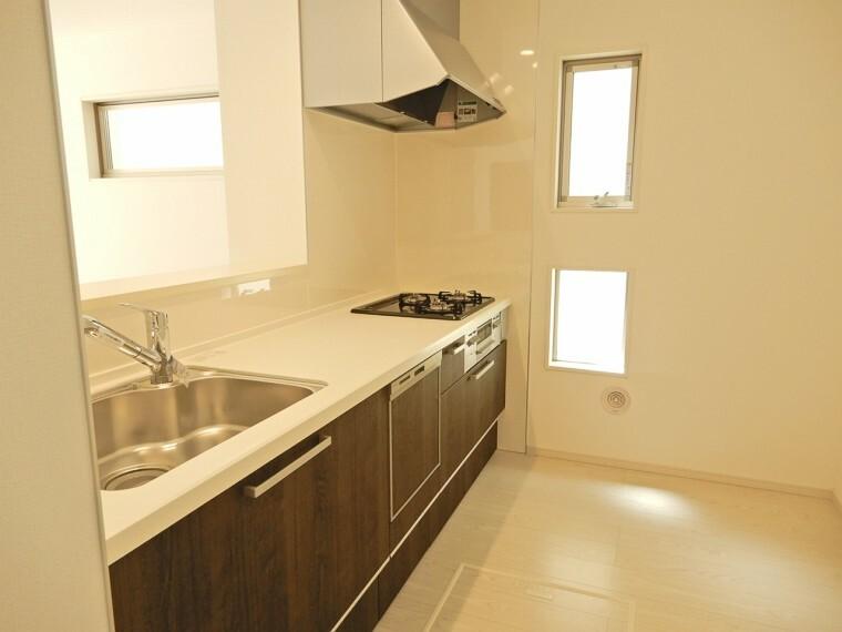 キッチン 見通し良く明るいので作業も気持ちよくできます 食洗器や浄水器も標準装備ですので家事効率も良好です