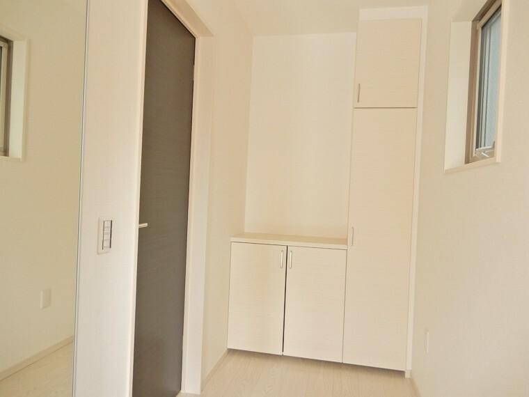 玄関 ゆとりを持った玄関スペースには収納力豊富のシューズクロークを完備です