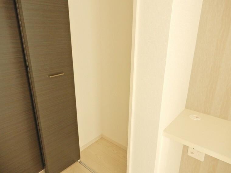 収納 スタディカウンター横にはパントリーとしても使える収納を完備