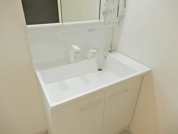 洗面化粧台 ワイドタイプの洗面化粧台は水撥ねを防止でき三面鏡やシャンプードレッサー付ですので朝の支度も快適にできますね