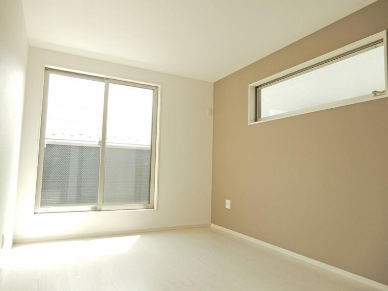洋室 南西側6.7帖の主寝室は南向きの為一年通して日当たりを確保できる寛ぎの住空間です