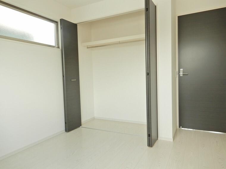洋室 6.7帖主寝室。大容量のクローゼット完備