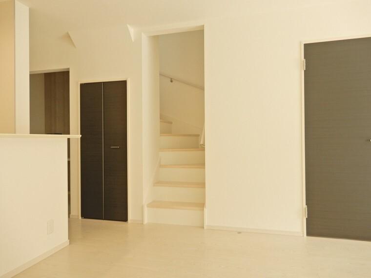 居間・リビング ご家族のコミュニケーションも取れるリビングイン階段を採用 階段横には掃除用具などの収納にちょうどいい収納も完備です