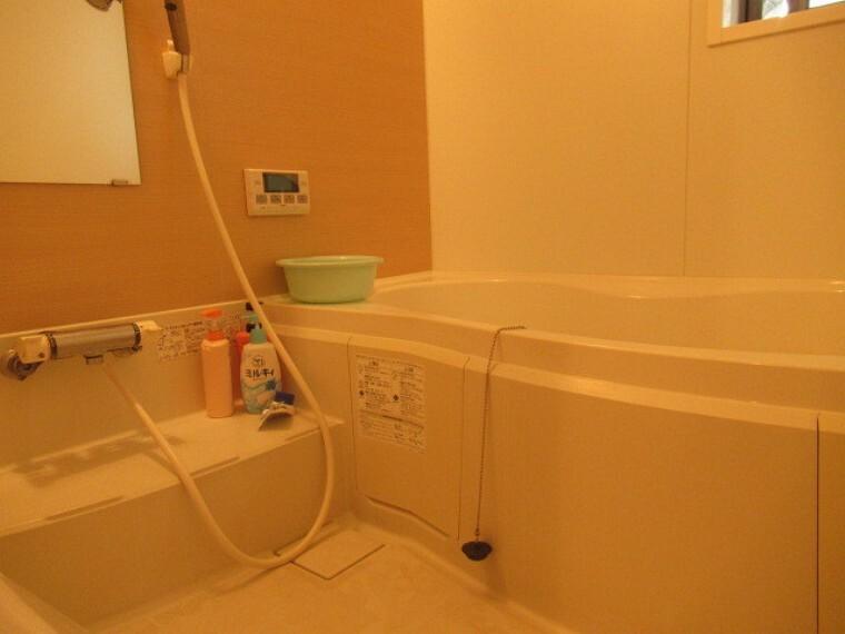 浴室 ゆったりと入浴可能な大きさの浴室 お子様との入浴も楽しめそうですね  浴室には窓も付いているので、こもりがちな湿気もすぐ取り除くことが出来ますね。(2021年6月20日 撮影)