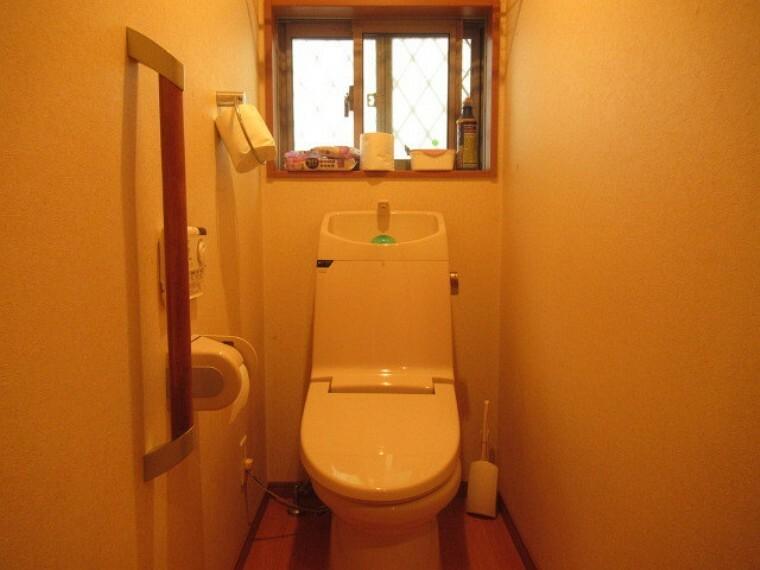 トイレ 明るく、清潔感のあるトイレです。手すりもついているので、いざという時の支えにもなります。雑貨を飾ったり、観葉植物を置いても良いですね。 (2021年6月20日 撮影)