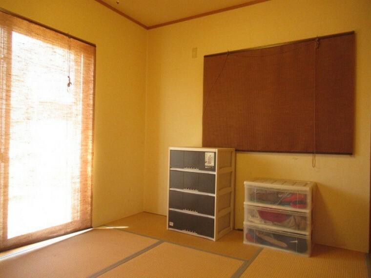 和室 客間としても、普段使いの部屋としてもお使いいただける便利な和室です!南面の窓から暖かい日差しも入ってくるのでお昼寝にもピッタリなお部屋です  (2021年6月20日 撮影)