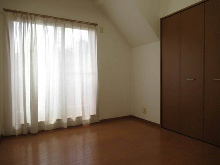 洋室 6.5帖の南西側の洋室です。大きな窓からたっぷりの日差しが入り、明るいお部屋になっています。風通しも良く気持ちよくお過ごしいただけるお部屋です。 (2021年6月20日 撮影)