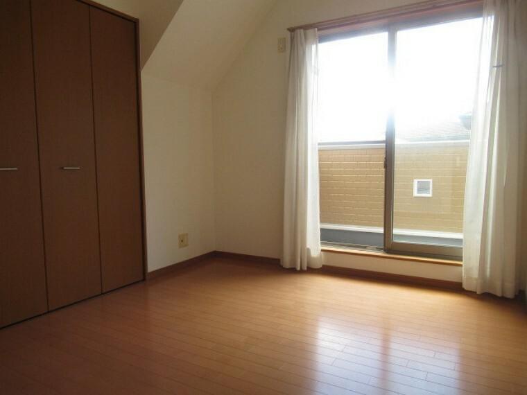 洋室 6.5帖の南東側の洋室です。 明るく、収納スペースも完備された洋室は、子供部屋としても、寝室としてもお使い頂けます。 (2021年6月20日 撮影)