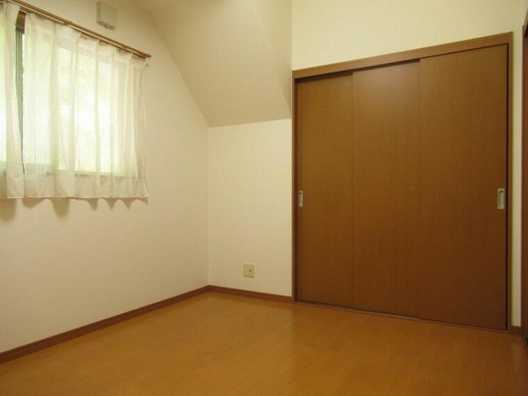 洋室 6帖の洋室です。 ご夫婦お二人のプライベートシーンを演出する、やすらぎとくつろぎの空間。 (2021年6月20日 撮影)