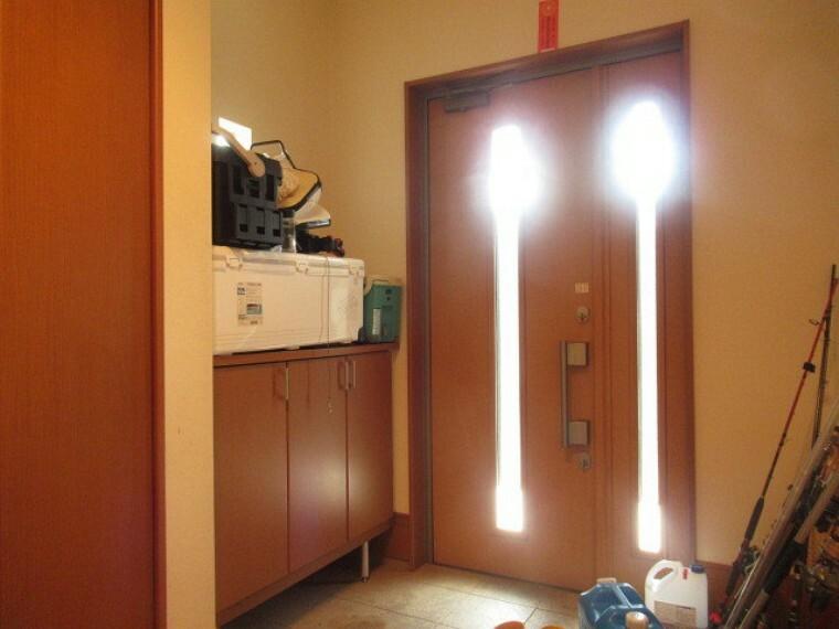 玄関 大型の玄関収納には小物を飾るスペースがあります。季節ごとに小物を変えたりとアレンジ次第でさらにオシャレな玄関になります! (2021年6月20日 撮影)