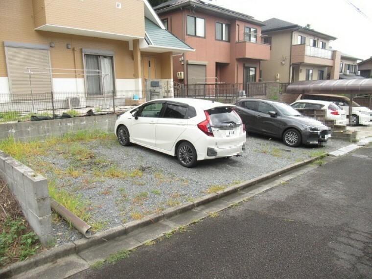 駐車場 並列で3台の駐車が出来るので、親戚やお友達が遊びに来ても大丈夫。駐車が苦手な奥様も安心して車を利用することが出来ます。 (2021年6月13日 撮影)