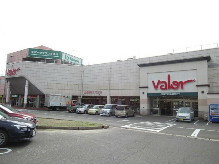 スーパー 【スーパーマーケットバロー 星川店】 品ぞろえが豊富でリーズナブルなスーパーマーケットです。 【営業時間】10:00~21:00(日曜9:30~)