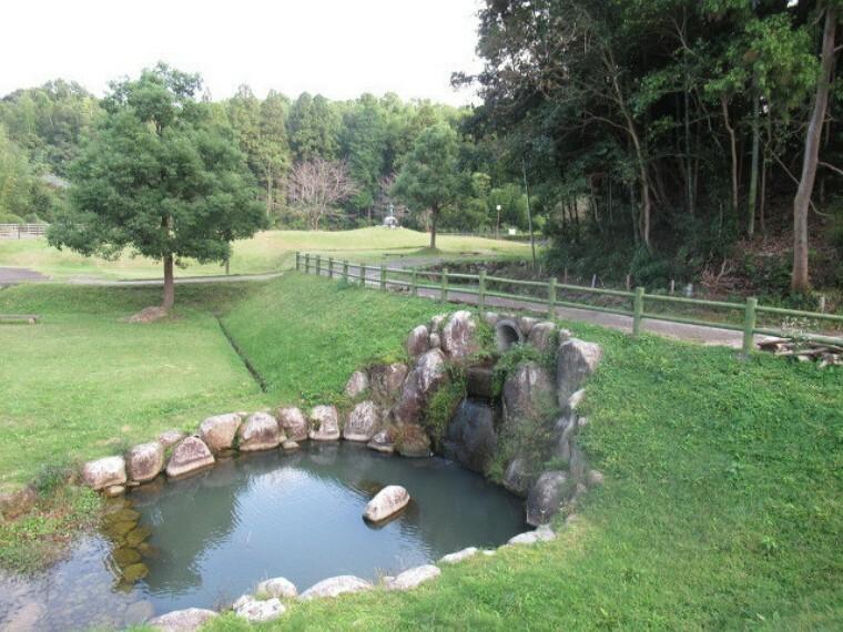 公園 【平群沢ため池公園】 平郡神社の隣にあり、春は八重桜が咲きます。園内には日本武尊像があります。