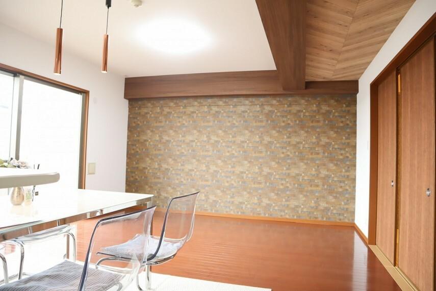 居間・リビング 約18帖のリビングは壁・天井のクロス貼り替え済です。ダイニングを照らす明りも新しくスタイリッシュに! リビングに繋がる和室の襖も一新! ぜひ現地でお確かめください