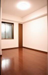 洋室 全居居室収納付き!季節の衣類や本、趣味の道具などもスッキリ整理できます!