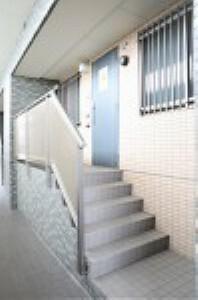 外観写真 1階のお家ですが階段のアプローチがあります。 バルコニー側も駐車場や周辺と高さが違います。ぜひ現地でお確かめください