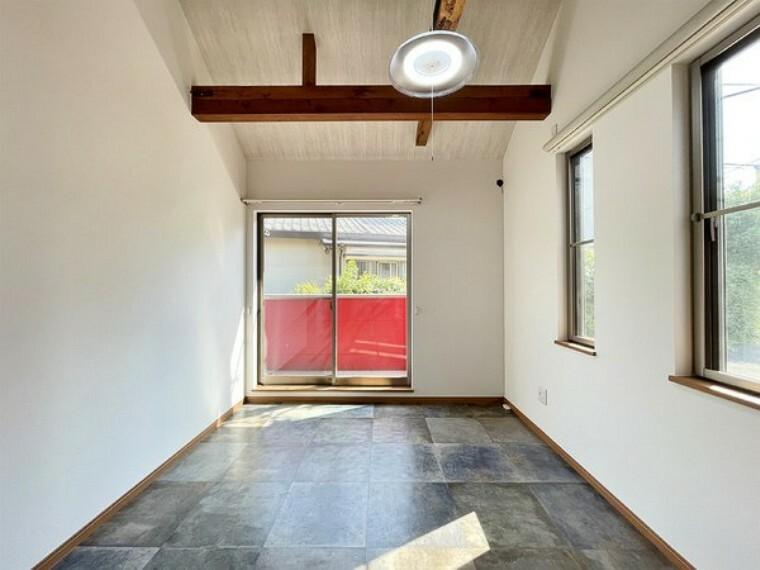 洋室 勾配天井で解放感があります。