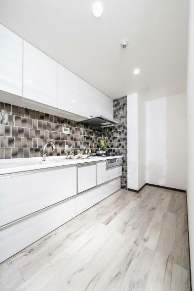 キッチン 清潔感のあるキッチン|モザイクタイルがアクセントに