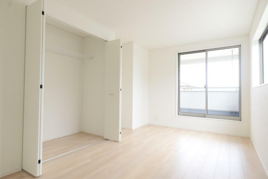 寝室 同仕様例。各部屋を最大限に広く使って頂ける様、全居住スペースに収納付。プライベートルームをゆったりと快適にお使いいただけます。