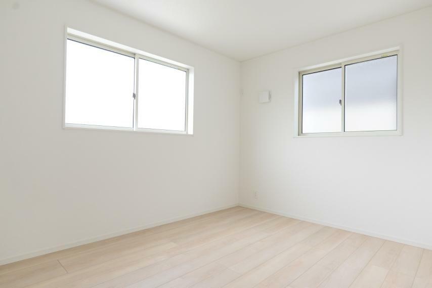 子供部屋 同仕様例。居室部分の窓ガラスには、2枚のガラスの間に空気層を設けたペアガラスを採用。高い断熱性と共にガラス面の結露対策にも効果を発揮します。