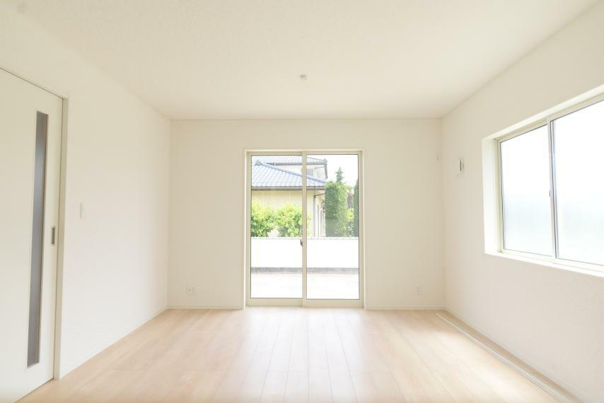 居間・リビング 同仕様例。家族全員が集まるリビング。建物の性能と敷地の特性を活かした最適な配置により、明るく、開放的な空間になっています。