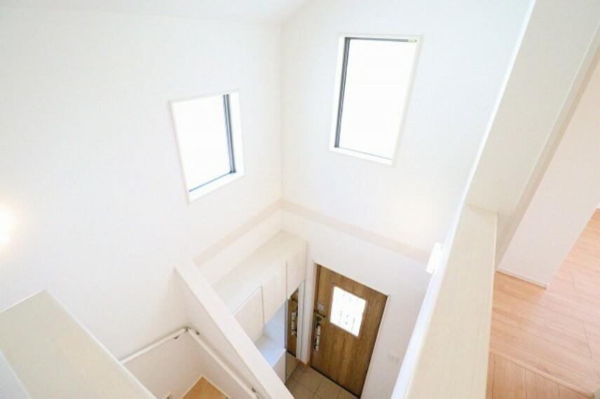 玄関 吹抜けがある明るい玄関が清々しい朝を演出します