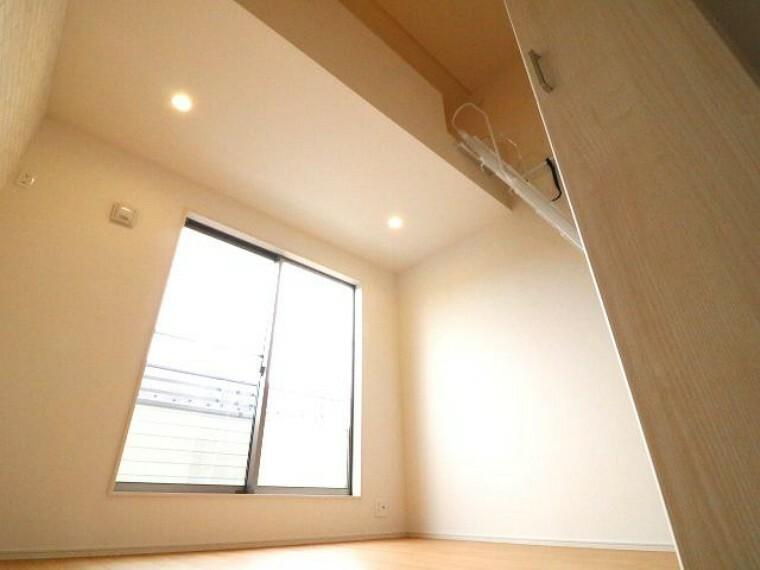 居間・リビング ロフト付きの居室は天井が高く大きな空間です