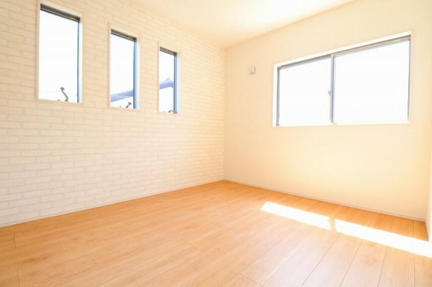 居間・リビング 東南側の居室。朝陽が眩しく射し込みます