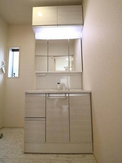 洗面化粧台 三面鏡の裏は収納となっており、使い勝手の良い洗面台です。