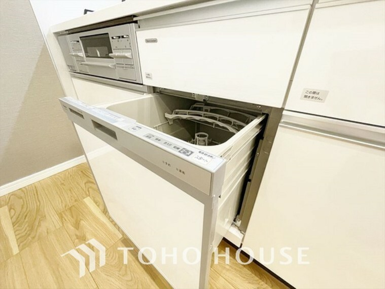 キッチン 【Dishwasher】時間を有意義につかえてしかも手荒れを防げる食洗機。お子様の様子も伺いながら楽しみならが過ごせるのが嬉しいですね。