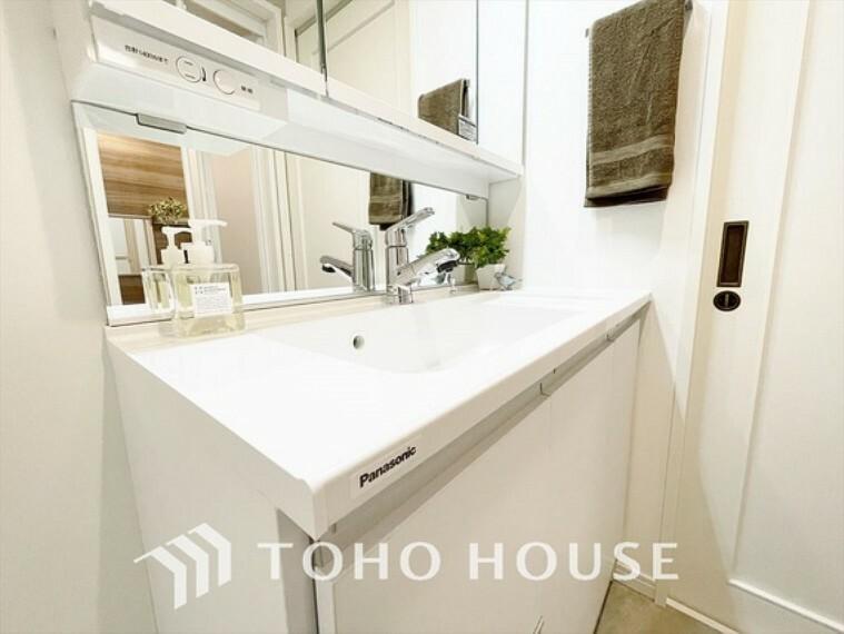 洗面化粧台 【Wash basin】十分な大きさの洗面台は収納力大。身だしなみチェックや歯磨きなど、朝の慌ただしい時間でも余裕とゆとりを感じられる。