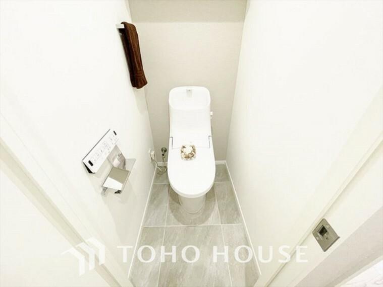 トイレ 【toilet】トイレットペーパーの使用回数を減らせることです。 シャワートイレを使用すれば、洗浄して汚れを落とすことができるため、トイレットペーパーの使用を最小限にとどめることができます。