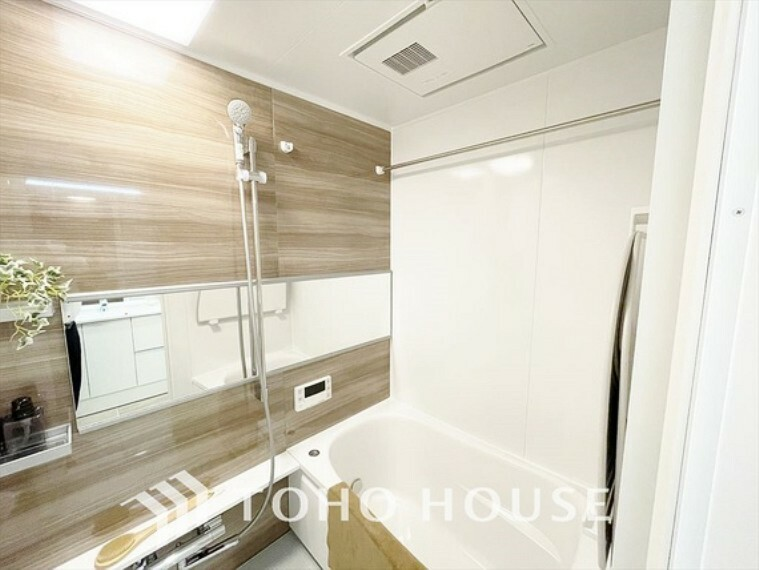 浴室 【Bathroom】『一日の疲れを落としてくれる場所は、一番落ち着く場所でなければならない』高級感溢れるカラーと大きさ・柔らかな曲線で構成された半身浴も楽しめるバスタブが心地よさをもたらします。