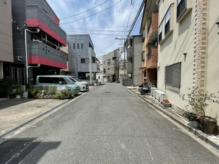 現況写真 前面道路は幅が広く、車通りが少ないエリア!駐車が苦手な方でも、焦らされることなく駐車できます!